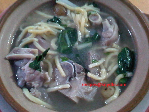 Pork Hocks Soup with Thick Noodles