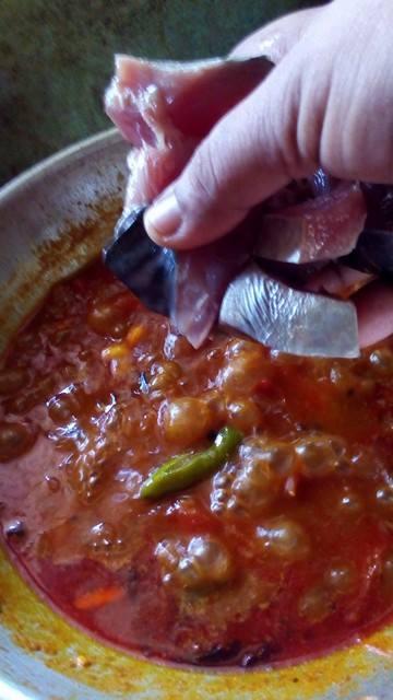 Malabar-Fish-Curry-adding-fish-pieces